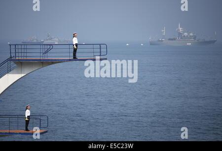 Wladiwostok, Russland. 27. Juli 2014. Pazifik-Flotte Schiffe nehmen an der russischen Marine Day Parade in Wladiwostok - Stockfoto