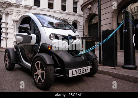 Renault Twizy Elektroauto aufladen in Covent Garden in London - Stockfoto