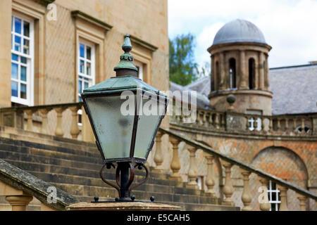 Lampe-Detail auf der Treppe vor der Tür bei Dumfries House, Cumnock, Ayrshire, Schottland, UK - Stockfoto