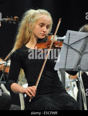 Ein junger Student tritt Solo am Eshkol Regional Council in einem Konzert, bestehend aus Schülern ab der 3. Klasse - Stockfoto