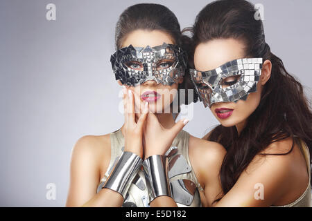 Masquerade. Künstlerischen Frauen in schicke helle Gläser - Stockfoto
