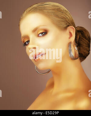 Raffinesse. Porträt des edlen adligen Dame mit Ohrringen - Stockfoto