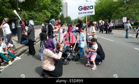 Frauen Kinder demonstrieren auf den Straßen von London UK gegen die Bombardierung von Gaza Palästinenser durch Israel - Stockfoto