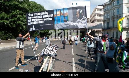 Halten Sie nach palästinensischen Protest gegen israelische Bombardierung in Gaza Männer Nelson Mandela Freiheit - Stockfoto