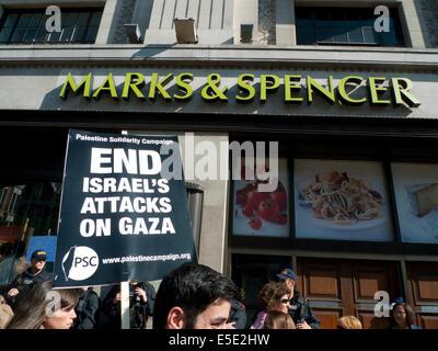 Menschen demonstrieren auf den Straßen von London UK gegen die Bombardierung von Gaza Palästinenser durch Israel - Stockfoto