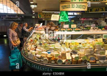 Käse-Stand in der Markthalle in Royan Frankreich. - Stockfoto