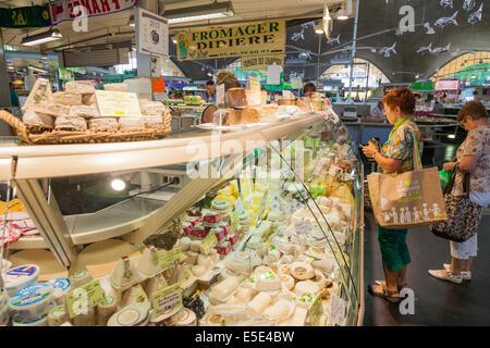 Kunden bei Cheese stall im französischen Markthalle. - Stockfoto