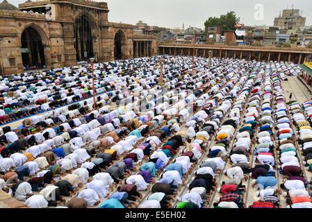 Ahmedabad, Indien. 29. Juli 2014.  Muslime feiern Eid al-Fitr, das Ende des Fastenmonats Ramadan markiert, ist Eid al-Fitr, das Ende des Ramazan und am ersten Tag des Monats von Ramadan für alle Muslime, Jama Masjid, Ahmedabad, Indien. Bildnachweis: Nisarg Lakhmani/Alamy Live-Nachrichten