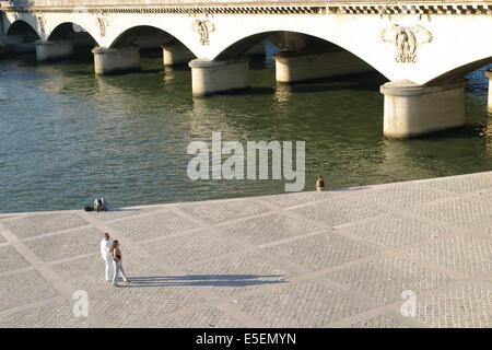 Frankreich, Paris 7e, Pont d'Iena, Paar se promenant Sur le Quai, bord de Seine, - Stockfoto