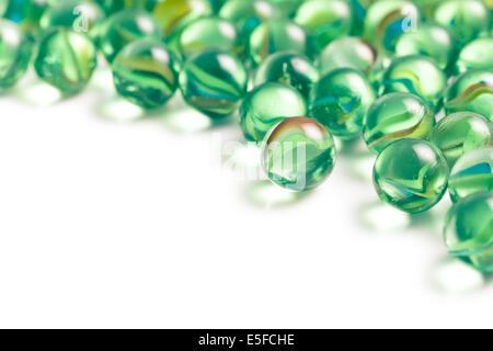 Marmor-Glaskugeln auf weißem Hintergrund - Stockfoto