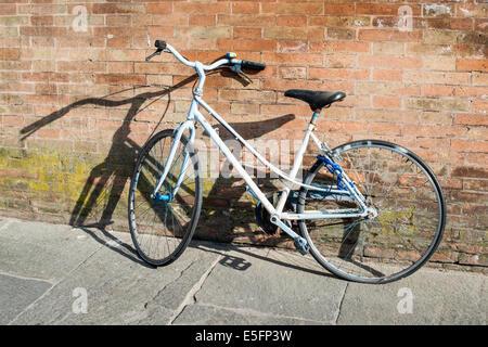 Alte italienische Fahrrad auf Sonnenlicht. Alte Gebäude - Stockfoto