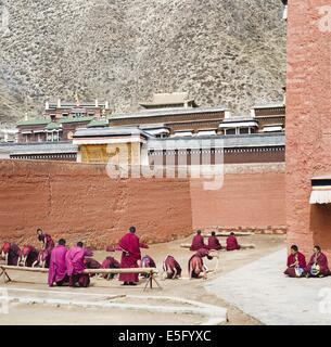 Tibetische Mönche üben Musik in Labrang Kloster, Gansu, China - Stockfoto