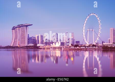 Skyline von Singapur bei Nacht, Blick vom Garten durch die Bucht. - Stockfoto