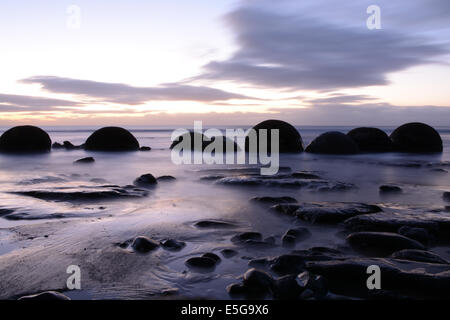 Sonnenaufgang am Koekohe Strand mit den Moeraki Boulders - Stockfoto