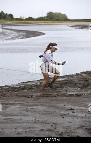 Die schrulligen jährliche 'Mad' Maldon Mud Race, gehaltenen späten Frühjahr / Anfang Sommer abhängig von den Gezeiten - Stockfoto
