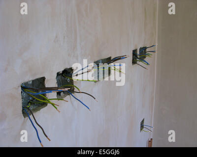 Steckdosen mit Kabel für die Verdrahtung in einen Neubau oder eine ...