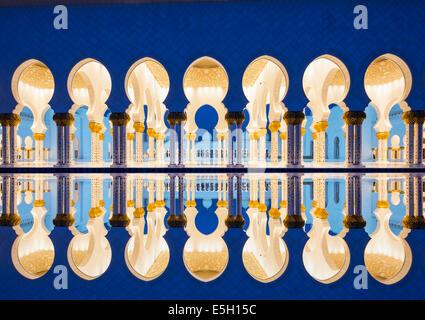 Nachtansicht der Reflexion der Scheich-Zayid-Moschee in Abu Dhabi Vereinigte Arabische Emirate - Stockfoto