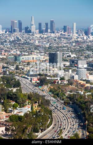 Blick über die Skyline von LA und Hollywood Freeway in Los Angeles, Kalifornien, USA - Stockfoto