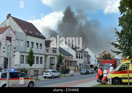 Bremen, Deutschland. 1. August 2014. Dunkle Rauchwolken steigen über die Gebäude in Bremen, Deutschland, 1. August - Stockfoto