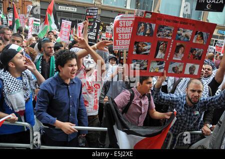 London, UK, 1. August 2014, Pro Palästina Demonstration vor der israelischen Botschaft Kensington, London gegen - Stockfoto