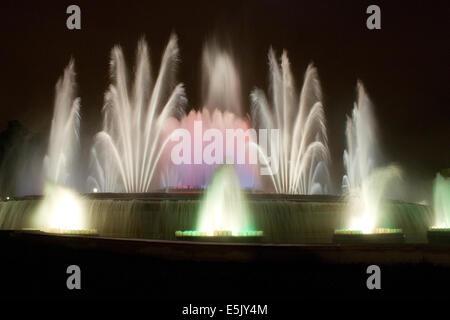 Magic-Brunnen von Montjuic, unterhalb des Palau Nacional auf dem Montjuïc Hügel in Bracelona, Spanien - Stockfoto