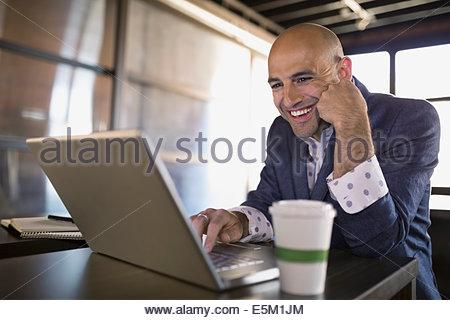 Geschäftsmann mit Laptop im café - Stockfoto