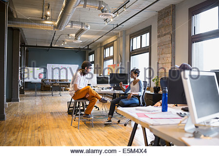 Kreative Geschäftsleute arbeiten im Büro - Stockfoto