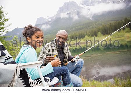 Vater Lehre Tochter am See zu Fischen - Stockfoto