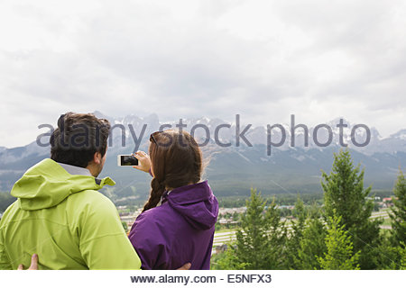 Paar fotografieren Bergblick - Stockfoto