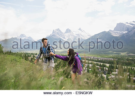 Paar am Hang in der Nähe von Bergen wandern - Stockfoto