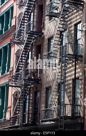 Feuerleiter, Tribeca, Manhattan, New York City, New York. Eine Feuerleiter ist eine besondere Art der Notausgang, - Stockfoto