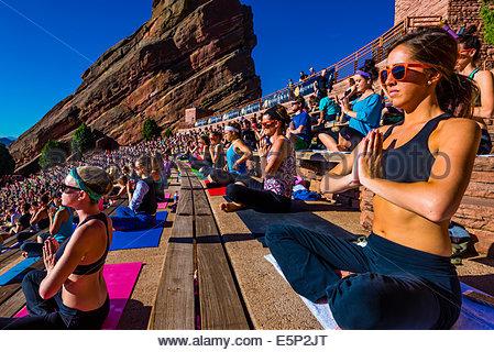 """Yoga on the Rocks""; 2000 Menschen tun Yoga zusammen bei Red Rocks Amphitheatre, Morrison (Denver), Colorado USA. - Stockfoto"