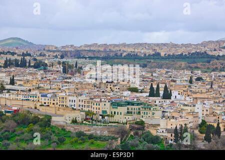 Skyline der Stadt Fez nach Ost und West, Souk, umgebenden Hügeln, Stadtmauern, jüdischer Friedhof, Moscheen, Minarette, - Stockfoto