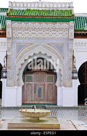 Eingang zur Qaraouiyine Moschee, Minarett, Tür, geschlossen zu den Christen, die meisten kostbaren Moschee in moslemischen - Stockfoto