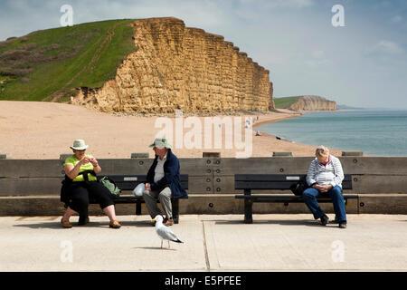 UK England, Dorset, West Bay, Besucher zum Entspannen in der Sonne am Steg oberhalb des Strandes - Stockfoto