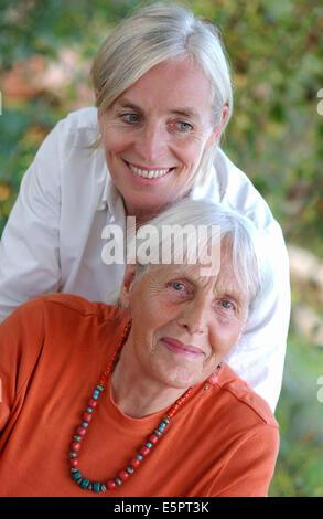 80 Jahre alte Frau und ihr 50-Jahr-alte Tochter. - Stockfoto