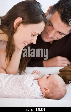 2 Monate altes Baby mit Mutter und Vater. - Stockfoto