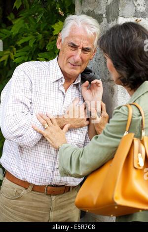 Ältere Mann leidet unter Schmerzen Brust. - Stockfoto