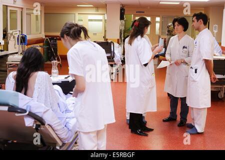 Praktikantin Arzt mit Patienten, Notaufnahme, Limoges Krankenhaus ...
