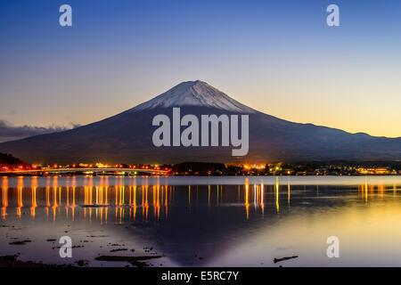 Mt. Fuji, Japan betrachtet von Kawaguchi-See in der Abenddämmerung. Stockfoto