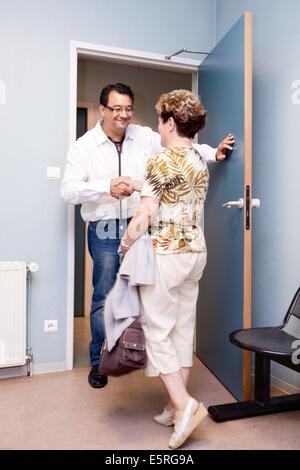 Wartezimmer einer Arztpraxis, Dordogne, Frankreich. - Stockfoto