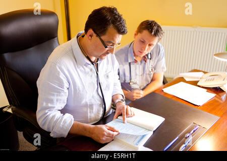 Arzt für Allgemeinmedizin und Medizinstudent, Dordogne, Frankreich. - Stockfoto