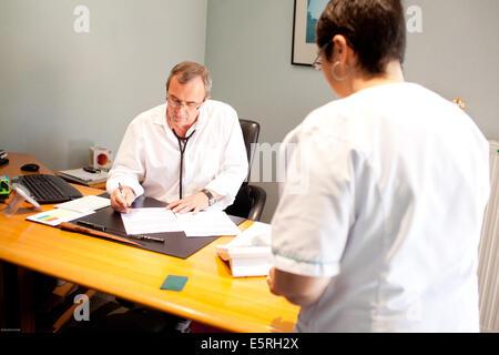 Arzt für Allgemeinmedizin und medizinische Sekretärin, Dordogne, Frankreich. - Stockfoto