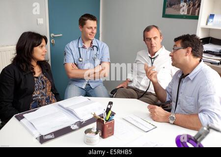 Sitzung des zugehörigen Allgemeinmediziner in einer Arztpraxis, Dordogne, Frankreich. - Stockfoto