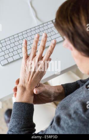 Ältere Frau mit Schmerzen am Handgelenk. - Stockfoto