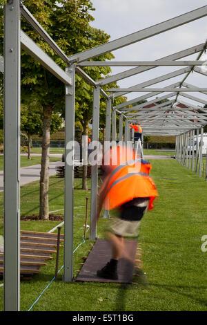Aluminium gerahmte temporäre Veranstaltung Industrial Equipment Structures. Arbeiter, die in Aluminium- und Stahlrahmen umrahmte Festzeltstände errichten, während die Vorbereitungen für den Industriestandort im Victoria Park Southport für die größte unabhängige Blumenausstellung Großbritanniens beginnen. Stockfoto