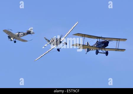 WW1 Flugzeug dogfight Simulation zwischen britischen SE 5. Eine und zwei deutschen Junkers CL.1 Flugzeuge in Farnborough - Stockfoto