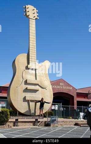 Eine junge Dame Tourist vor dem Großen Goldenen Gitarre, Tamworth Australien posing - Stockfoto