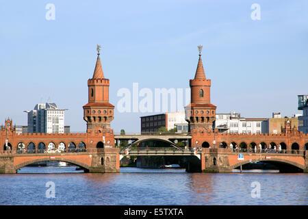 Oberbaumbrücke über die Spree in Berlin, Deutschland - Stockfoto
