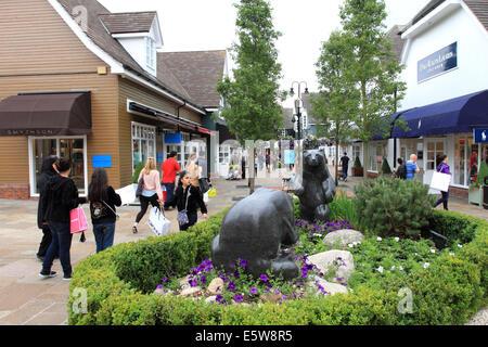 Tourist-shopping in Maasmechelen Village, Markenshops, chinesische Touristen, unter Bild, Gepäck, Oxford, UK - Stockfoto